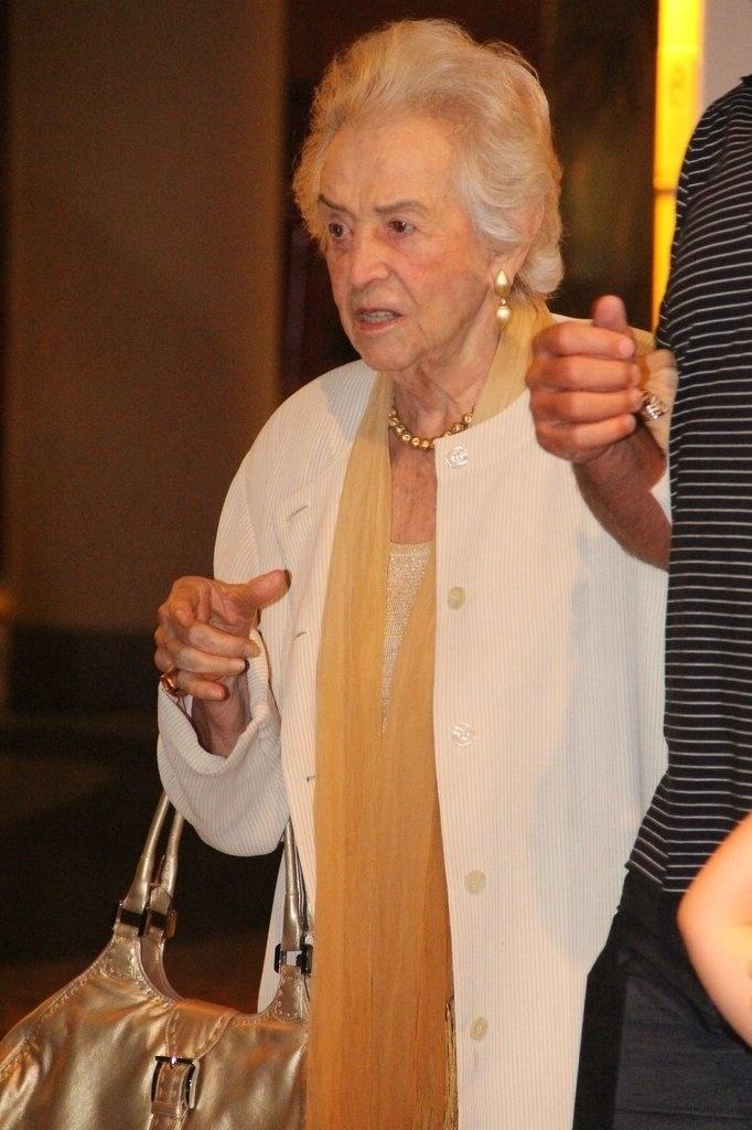 23.dez.2013 - Dona Odette, mãe de Claudia Raia, vai ao aniversário de 47 anos da filha, em restaurante na zona oeste do Rio