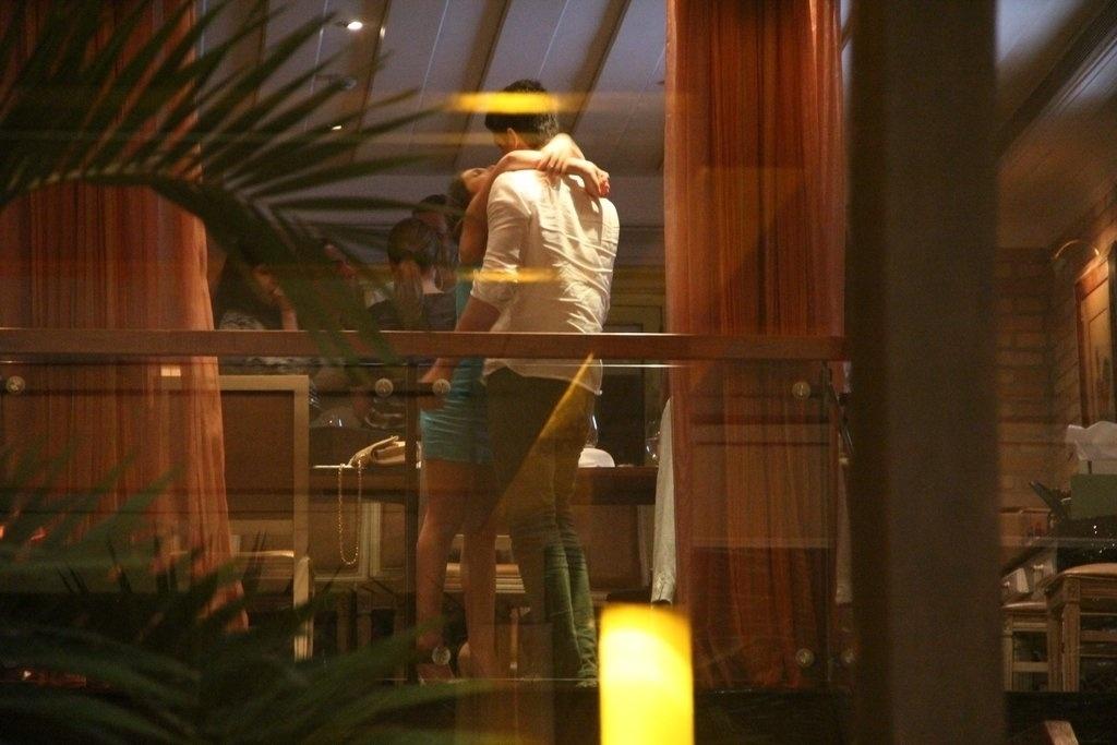23.dez.2013 - Enzo beija a namorada, Rafaella Rique, no aniversário de 47 anos da mãe, a atriz Claudia Raia, em restaurante na zona oeste do Rio