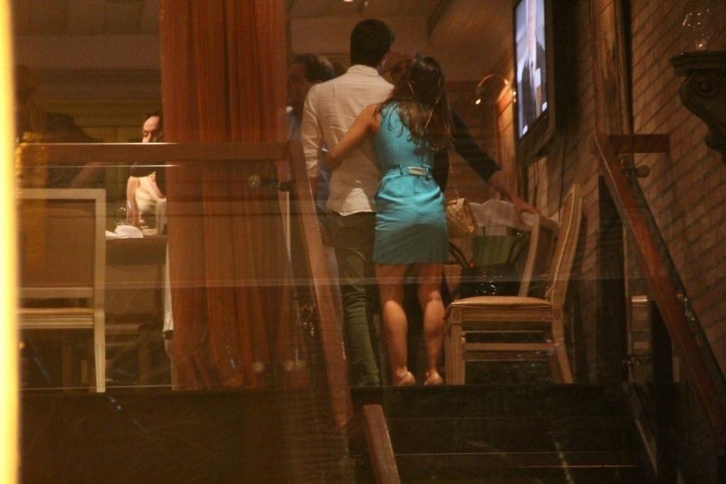 23.dez.2013 - Enzo leva a namorada, Rafaella Rique, no aniversário de 47 anos da mãe, a atriz Claudia Raia, em restaurante na zona oeste do Rio