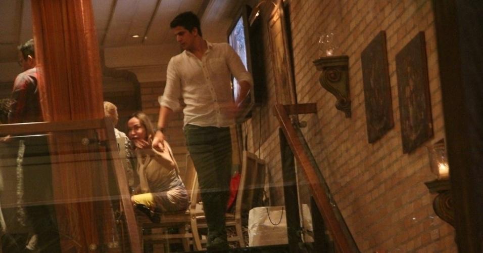 23.dez.2013 - Enzo vai ao aniversário de 47 anos da mãe, Claudia Raia, em restaurante na zona oeste do Rio