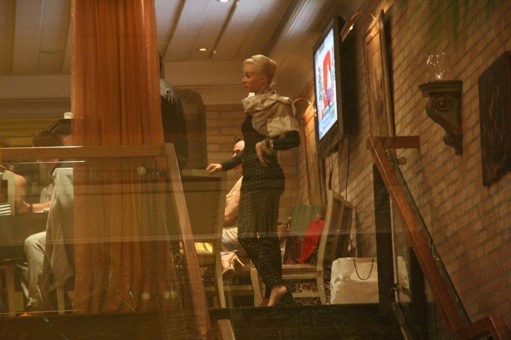 23.dez.2013 - Mariana Ximenes vai ao aniversário de 47 anos de Claudia Raia, em restaurante na zona oeste do Rio