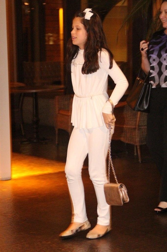 23.dez.2013 - Sophia vai ao aniversário de 47 anos da mãe, Claudia Raia, em restaurante na zona oeste do Rio