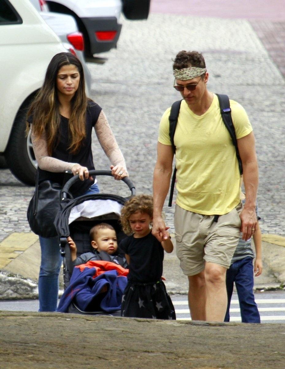 24.dez.2013 - Matthew McConaughey e Camila Alves passeiam com seus três filhos, Levi, Vida e Livingston, nas ruas de Belo Horizonte (MG). O casal optou por um visual despojado para o passeio. Enquanto ele usou um lenço na cabeça, uma bermuda e uma camiseta, ela preferiu uma calça jeans e uma camiseta preta