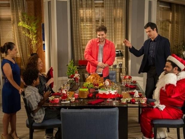 Félix passa o Natal com Niko. Ceia tem ainda a presença de Márcia e Rinaldo, que se veste de Papai Noel