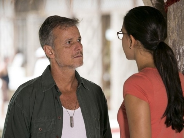 Kléber fica sem saber como lidar com Celina depois de beijá-la