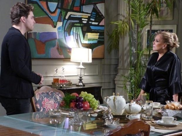 Niko faz pedido inusitado para Pilar