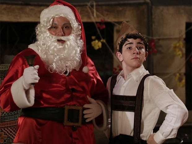 Vestido de Papai Noel, Odilon faz a alegria das crianças do cortiço