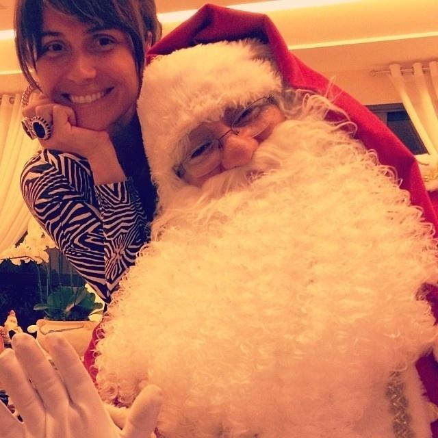 25.dez.2013 - Giovanna Antonelli recebe a visita de um Papai Noel em casa