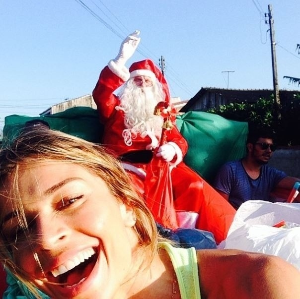 25.dez.2013 - Grazi Massafera entrega presentes de Natal para crianças carentes