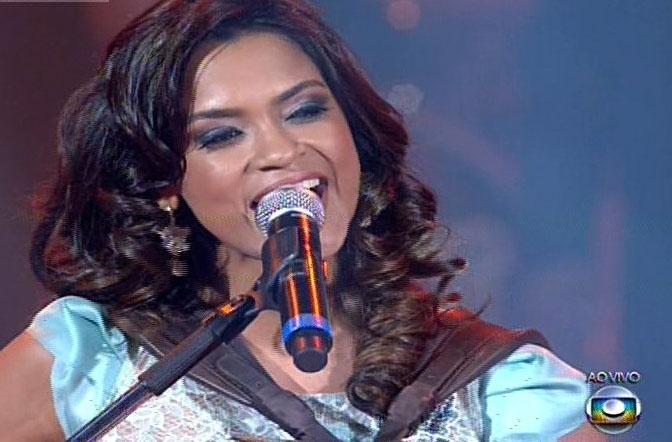 26.dez.13 - Candidata do time de Carlinhos Brown, Lucy Alves canta acompanhada pela família