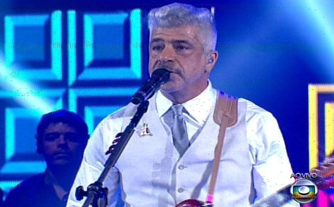 26.dez.13 -  Lulu Santos se apresenta na final do The Voice Brasil com bigode que foi a marca candidato de seu time, Pedro Lima