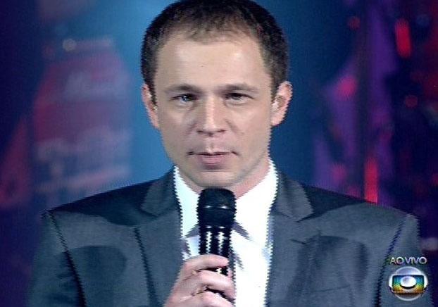 26.dez.13 - Tiago Leifert anuncia durante o intervalo de