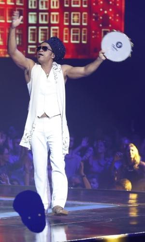 """26.dez.13 - Carlinhos Brown cantou """"Você, o Amor e Eu"""" com Lucy Alvez e Quésia Luz"""