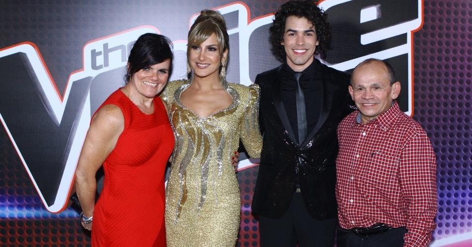 26.dez.13 -  Claudia Leitte, Sam Alves e a família após o resultado da segunda edição do The Voice Brasil