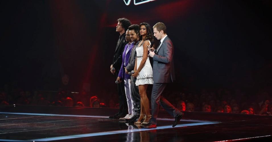 26.dez.13 - Finalistas aguardam o resultado da segunda edição do The Voice Brasil