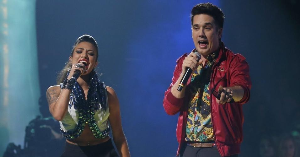 """26.dez.13 - Jota Quest canta """"Mandou Bem"""", do novo álbum da banda, com a ex-candidata Gaby, na final do reality que vai eleger a nova voz do Brasil"""