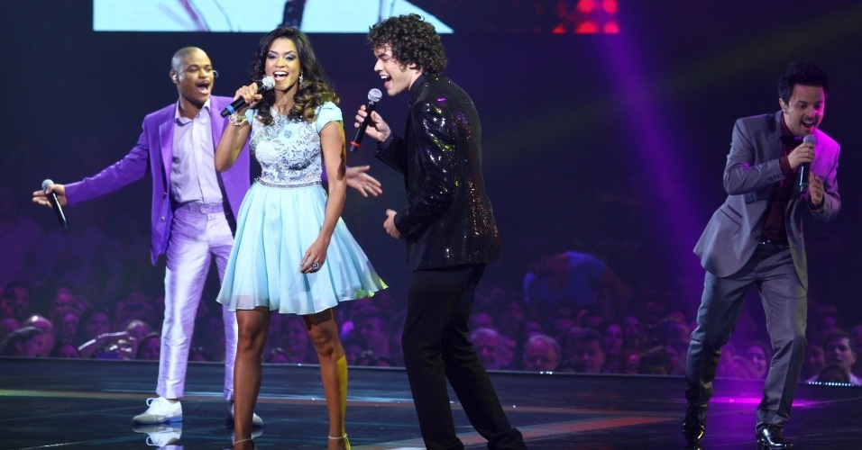 26.dez.13 - O programa começa com os quatro finalistas cantando