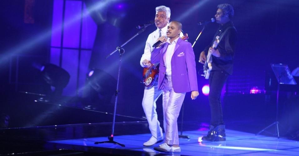26.dez.13 - Pedro Lima, de Nova Iguaçu (RJ), se apresenta com Lulu Santos na final do The Voice Brasil