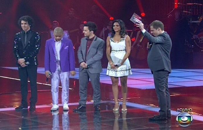 26.dez.13 - Quatro finalistas aguardam o resultado do vencedor do reality