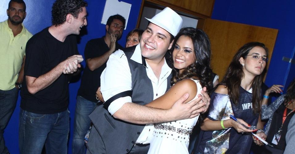 26.dez.13 - Tiago Abravanel, que acompanhou a final, posa para foto com a finalista Lucy Alves