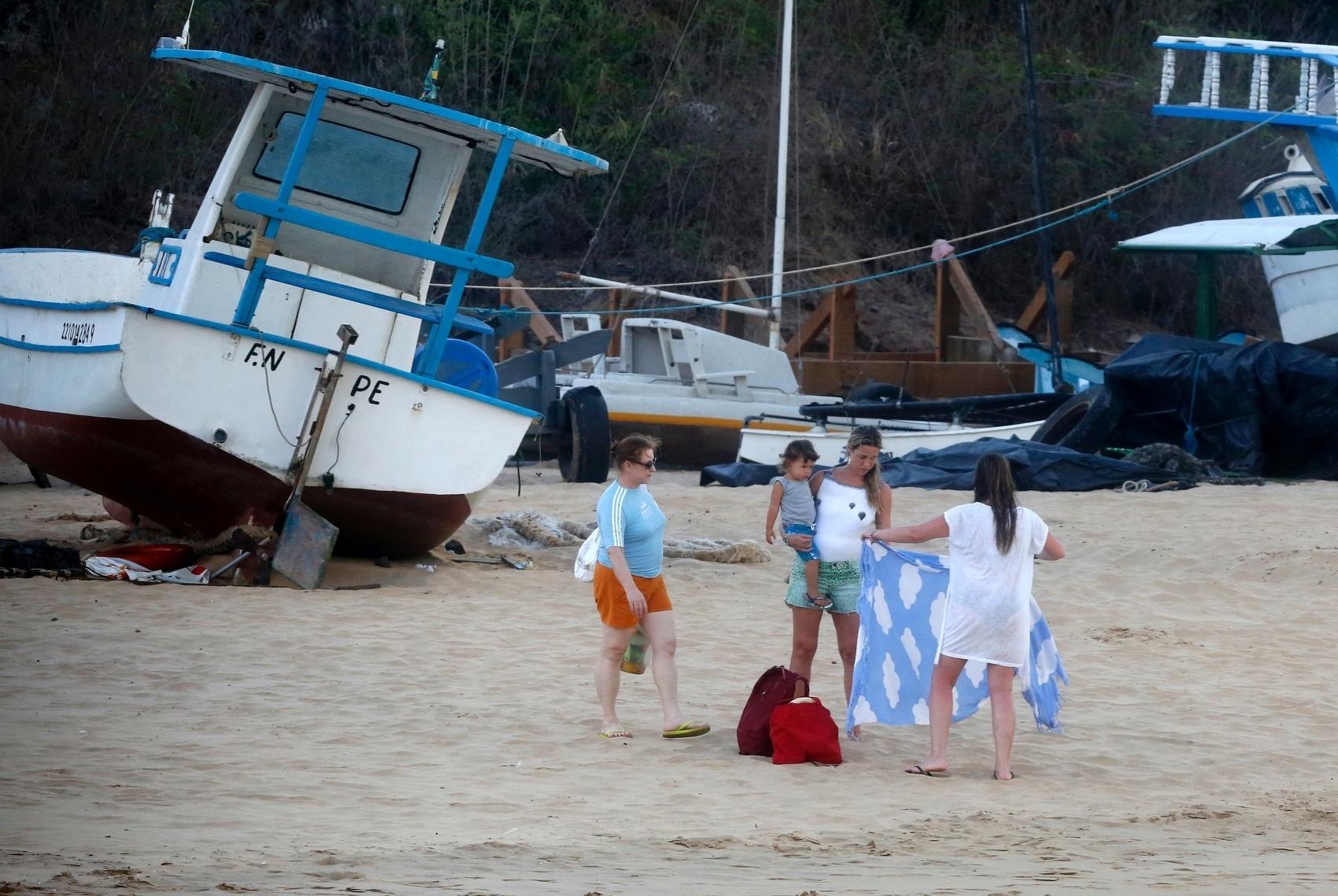 27.dez.2013 - Luana Piovani vai para praia em Fernando de Noronha acompanhada do filho Dom