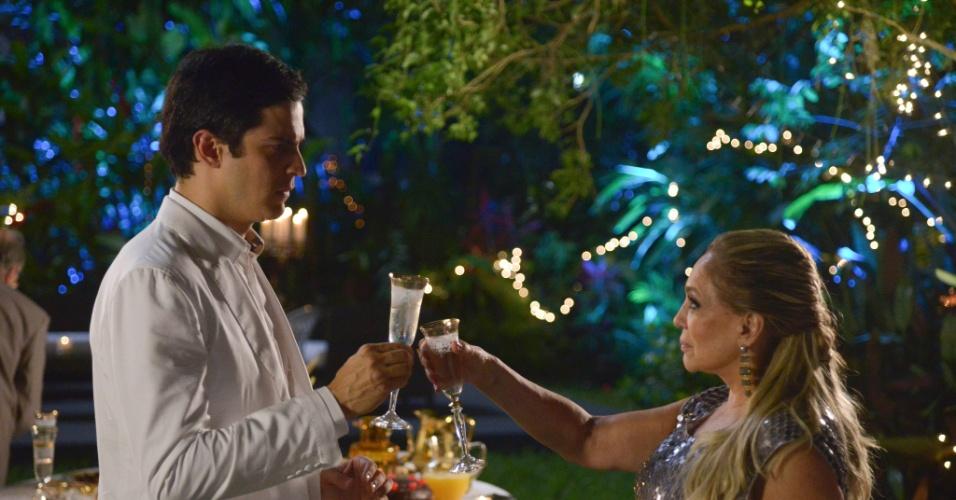 Félix (Mateus Solano) promete a Pilar (Susana Vieira) que vai confessar seus crimes no ano novo
