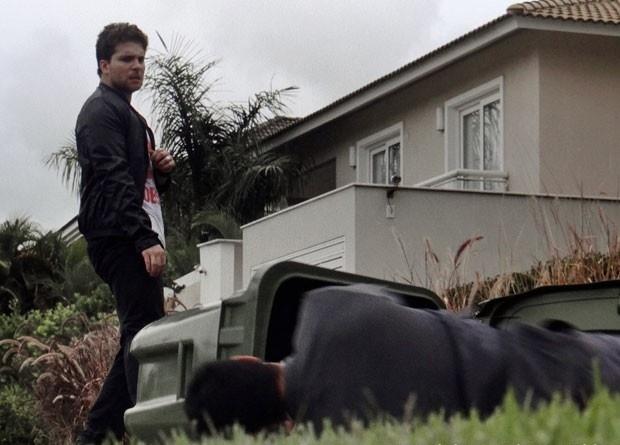 Niko deixa Eron no chão após dar um soco nele