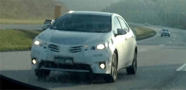 """Novo Toyota Corolla é revelado em """"quase nu frontal"""" durante passeio pelo Rodoanel - Caio César Mioti Felintro/UOL"""