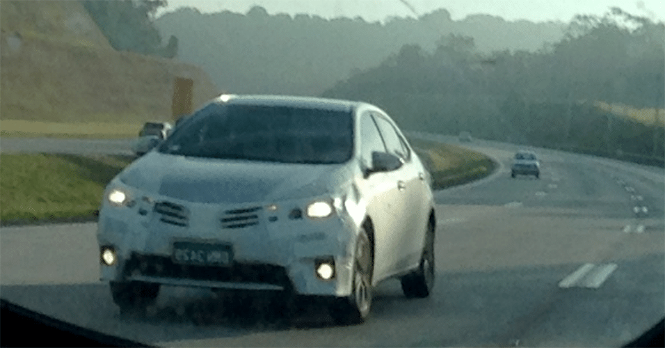Toyota Corolla é flagrado no Rodoanel Mário Covas, em São Paulo; visão frontal do modelo confirma que estilo vem do carro europeu