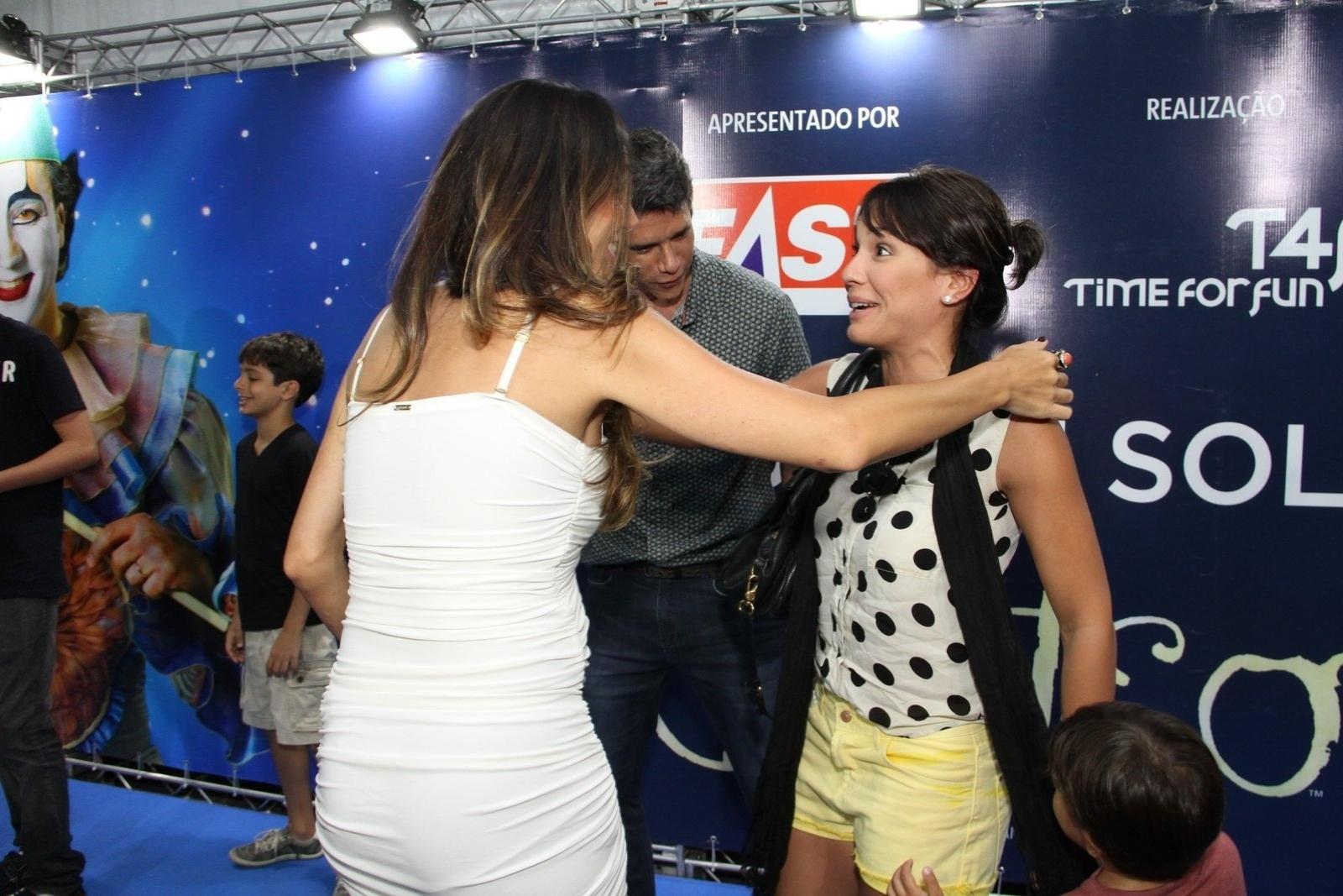 28.dez.2013 - Juliana Knust cumprimenta Andrea Santa Rosa, mulher de Marcio Garcia, ao chegar para a sessão para convidados da estreia de