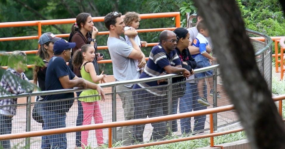 28.dez.2013 - O ator Matthew McConaughey vai ao zoológico de Belo Horizonte com os filhos Levi, Vida e Livingston, e a mulher, a modelo brasileira Camila Alves. A família está passando uma temporada em Minas Gerais, Estado em que Camila nasceu e foi criada