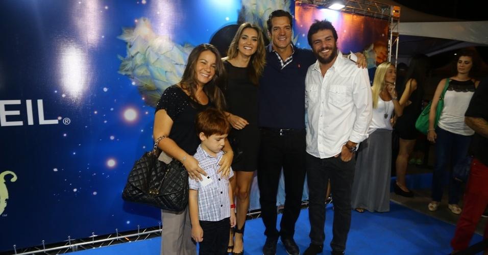 28.dez.2013 - Os atores Rodrigo Lombardi e Carlos Machado conferem a sessão para convidados da estreia de