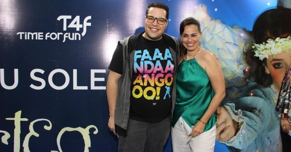 28.dez.2013 - Tiago Abravanel e Daniela Escobar conferem a sessão para convidados da estreia de