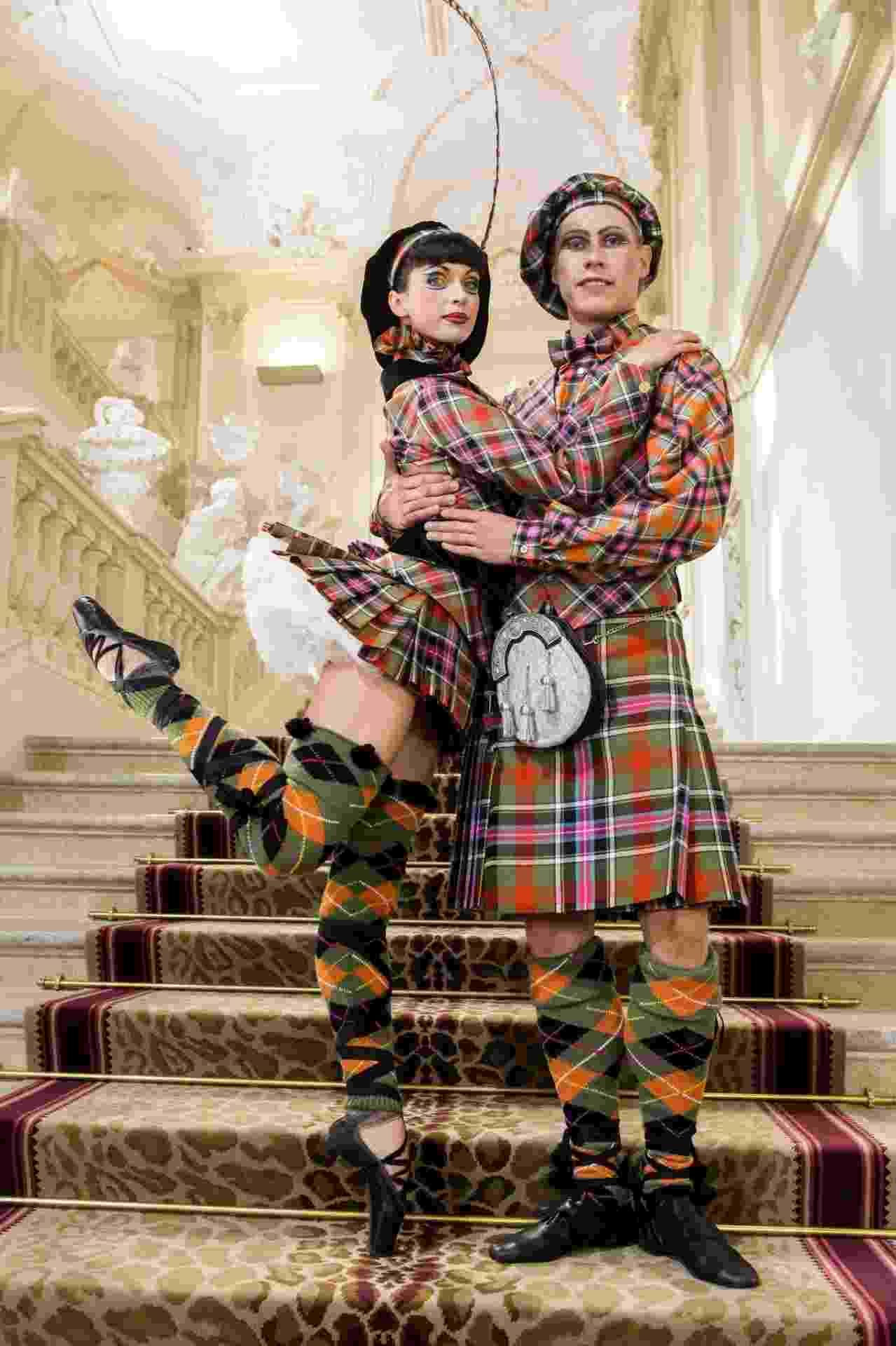 Bailarinos com looks Vivienne Westwood - ORF/Günther Pichlkostner