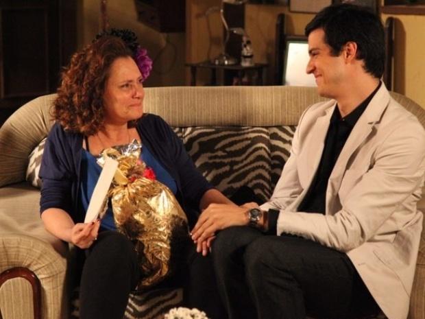 Márcia fica emocionada com o presente de Félix