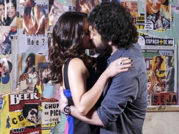 Julia e Marcelo se beijam