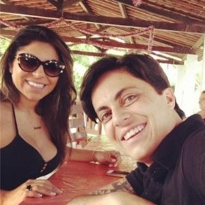 Thammy Miranda assume namoro com assistente de palco (à esquerda)