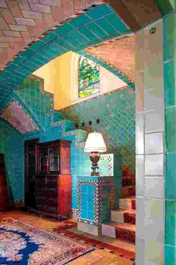"""(Imagem do NYT, usar apenas no respectivo material) Na escada e no hall, o piso revestido por ladrilhos tem o centro de concreto, de modo que um tapete é necessário.  """"Você vê quão controlador ele era"""", diz George McDonald - dono da residência - referindo-se a Guastavino Jr., o arquiteto responsável pela construção na década de 1910 (...) - Eric Striffler/ The New York Times"""