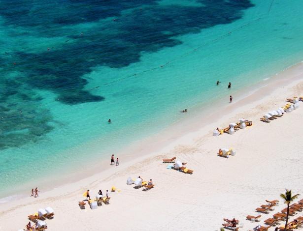 Praias de Bahamas têm areia fina e branca e são banhadas por águas cristalinas com diversos tons de azul e verde