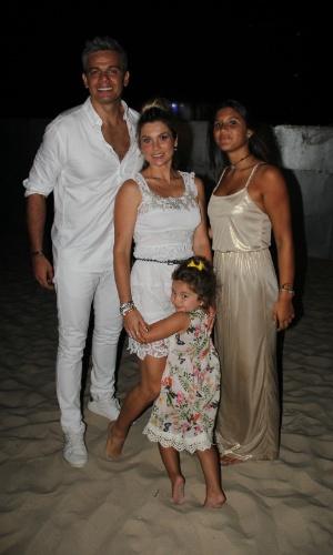 31.dez.2013 - Antes de apresentar a festa de Réveillon em Copacabana, Otaviano Costa posa com a mulher, Flávia Alessandra, e as filhas Giulia e Olívia