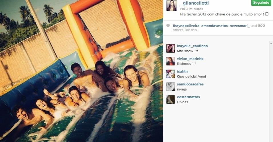 31.dez.2013 - Atriz Giovanna Lancellotti toma banho de espuma com os amigos no nordeste do Brasil