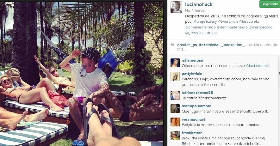 31.dez.2013 - De férias no sul da Bahia, a atriz Carolina Dieckmann se diverte ao lado do marido, o diretor de TV, Tiago Worcman, da apresentadora Angélica e do apresentador Luciano Huck. A imagem foi publicada por Huck em seu Instagram