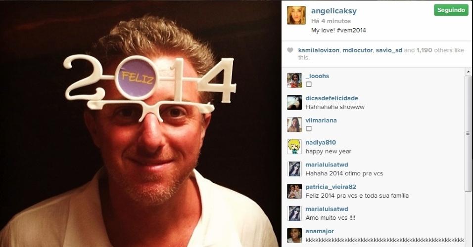 """31.dez.2013 - Na Bahia, Luciano Huck posa com óculos de 2014 e comemora a chegada do novo ano. """"My love! #vem2014"""", escreveu Angélica na legenda da imagem"""