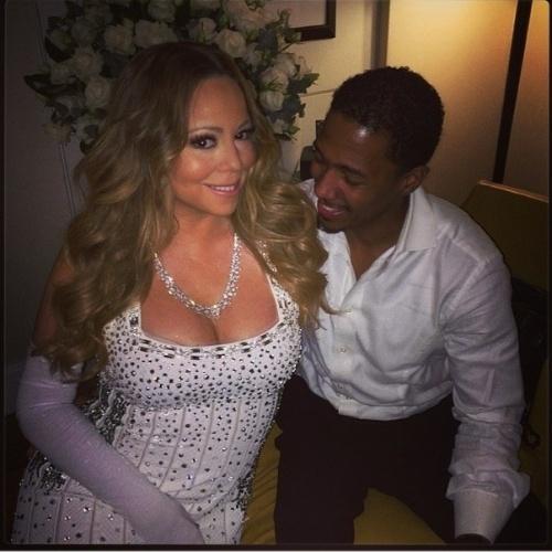 31.dez.2013 - Nick Cannon deu uma conferida no decote da mulher, a cantora Mariah Carey em festa de réveillon