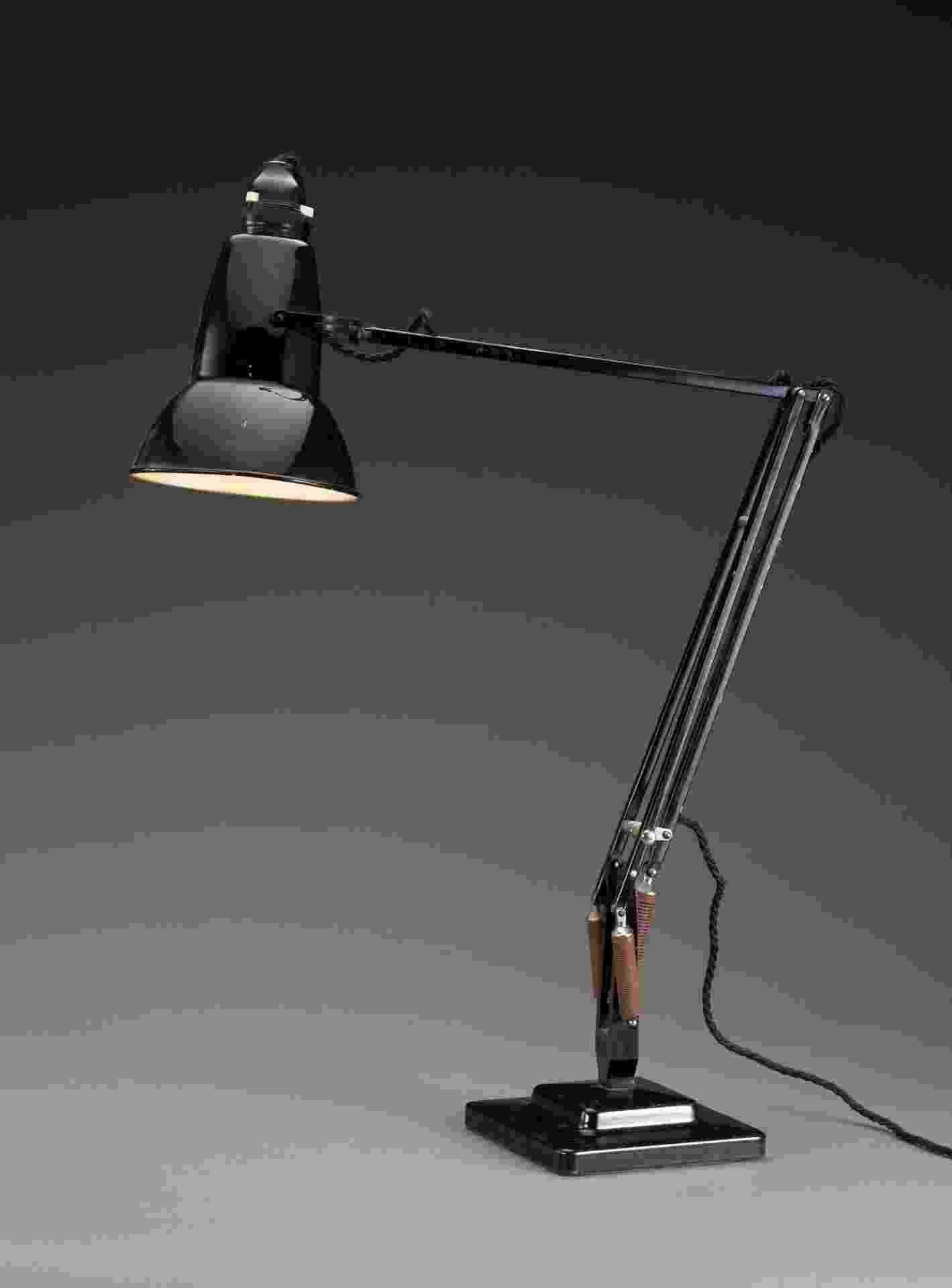 """As molas na base da luminária """"Anglepoise"""" (1935) permitem o movimento sem a perda de equilíbrio. Revolucionária, a peça criada por George Carwardine tem mecanismo utilizado em inúmeras peças do gênero criadas atualmente. O objeto faz parte da mostra Lightopia, em cartaz no Vitra Design Museum, Alemanha - Divulgação"""