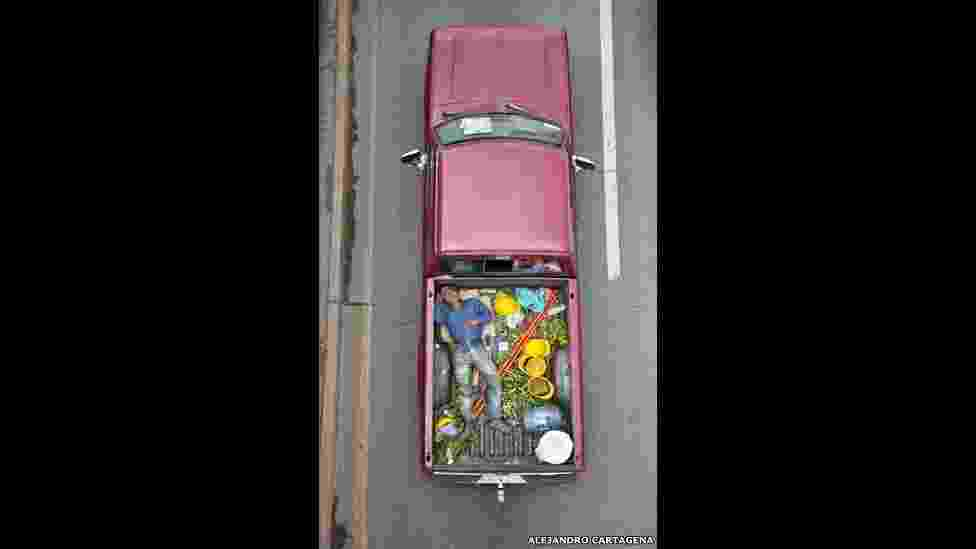 """O projeto """"Car Poolers"""" mostra trabalhadores dividindo caronas em caminhonetes, para ir para um bairro rico da Cidade do México. O fotógrafo Alejandro Cartagena iniciou o projeto para mostrar o impacto das periferias na paisagem e no comportamento dos moradores - Alejandro Cartagena/""""The Car Poolers"""""""