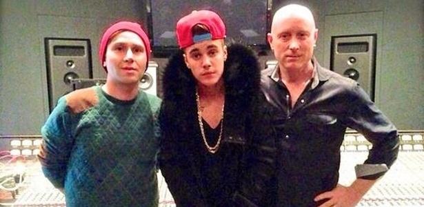 1.jan.2014 - Foto publicada pelo produtor Douglas Romanow (dir.) mostra o cantor Justin Bieber no estúdio Noble Street, em Toronto, Canadá