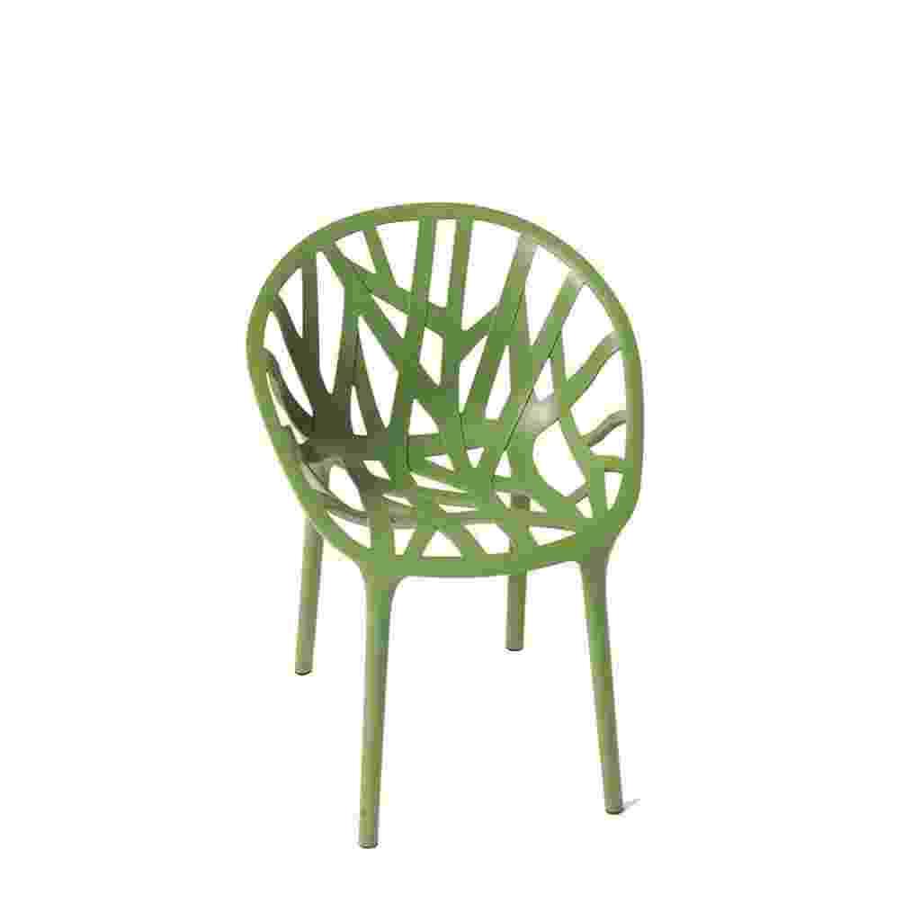 Para quem aprecia design assinado, uma sugestão é a cadeira Vegetal da Vitra. A peça foi desenhada pela dupla Ronan e Erwan Bouroullec com inspiração nas águas marinhas. Produzida em poliamida tingida em seis cores, a cadeira é empilhável. À venda por R$ 2.592 na Novo Ambiente (www.novoambiente.com) - Divulgação