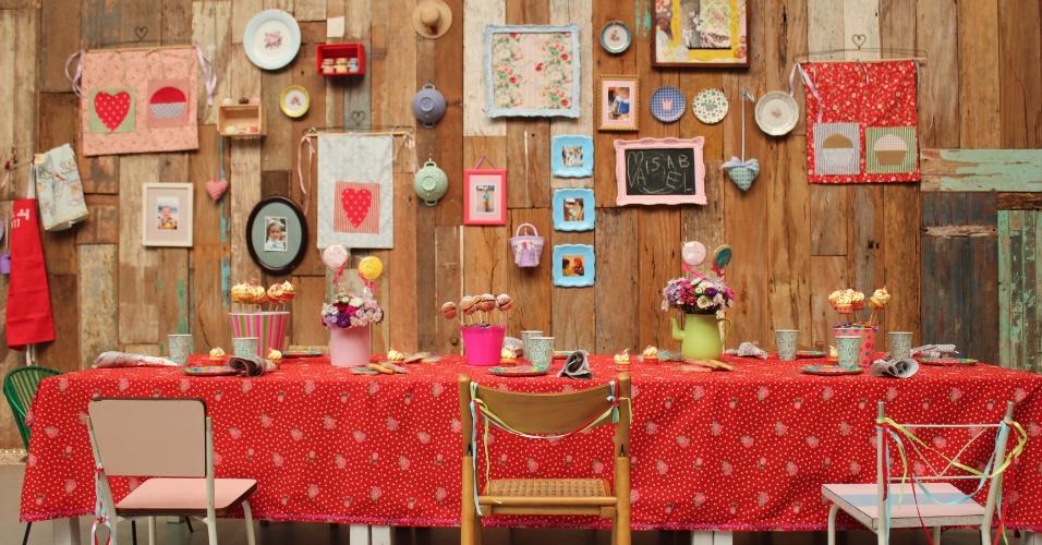 Uma grande mesa foi montada para o chá de bonecas que comemorou o aniversário de uma menina. Há, na mesa, baldes com pirulitos de cookies e bolos no palito feitos por Tammy Montagna