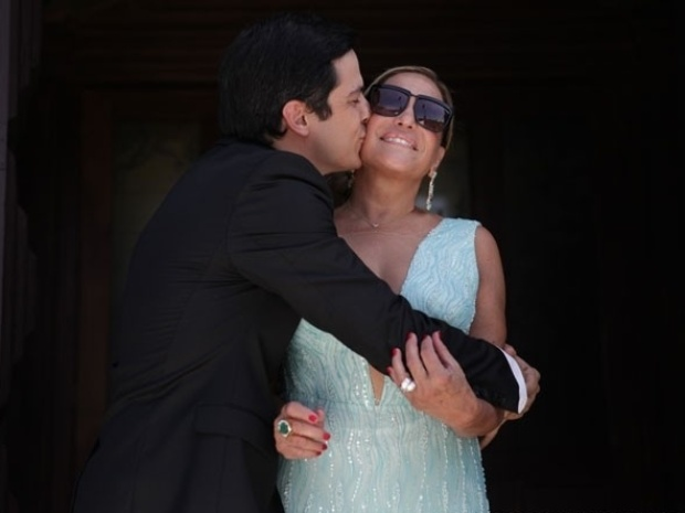 3.jan.2014 - Mateus Solano beija sua 'Mami Poderosa', Susana Vieira, na gravação do casamento de Lutero (Ary Fontoura) e Bernarda (Nathalia Timberg)